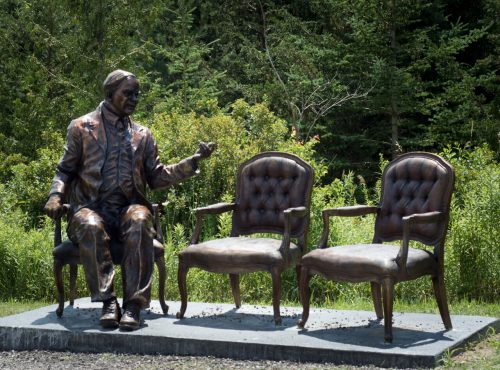 statue of William Lyon Mackenzie King seated beside two empty chairs