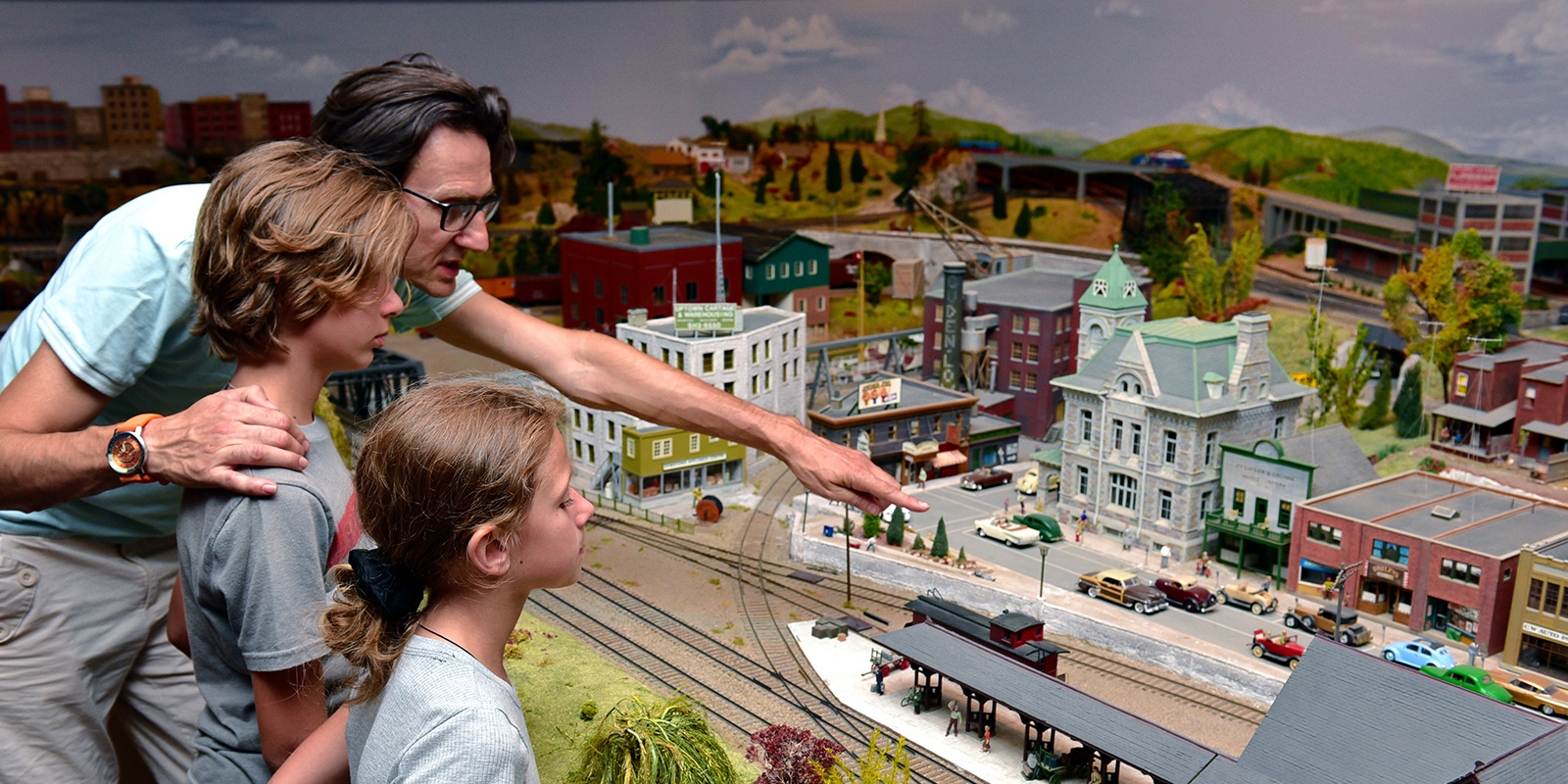 Family looking at the model railway at St. Jacobs and Aberfoyle Model Railway